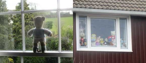 teddy_bears_in_windows